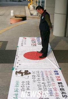 韓国-大学前の絨毯.PNG